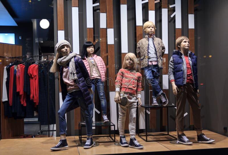 Manichini dei bambini in vestiti caldi nel windowow del negozio Vendita fotografia stock libera da diritti