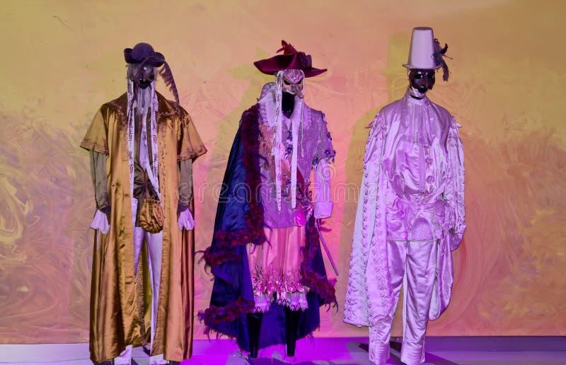 Manichini dell'albero con il costume tipico di carnevale fotografie stock libere da diritti