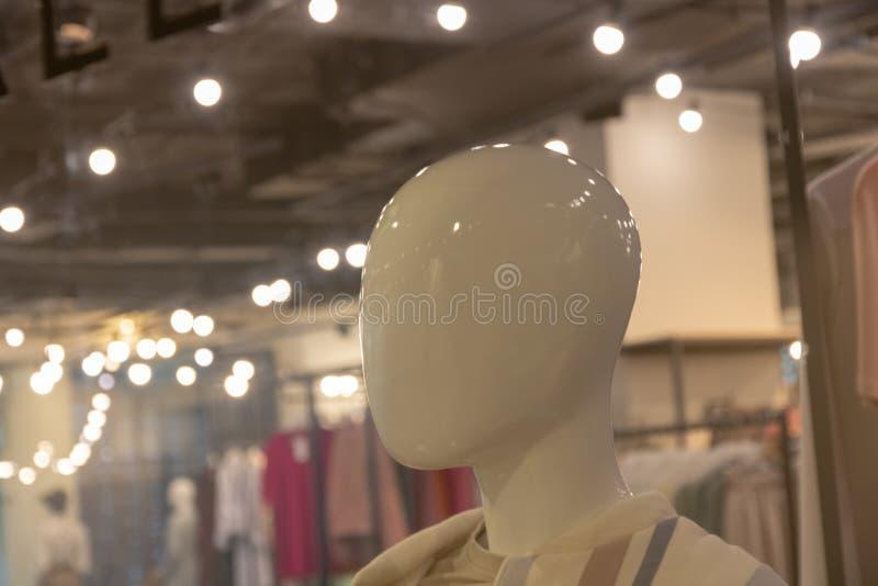 Manichino lucido bianco Ragazza anonima concetto di stile e di modo Dimostrazione dei vestiti alla moda e degli accessori plastic fotografie stock