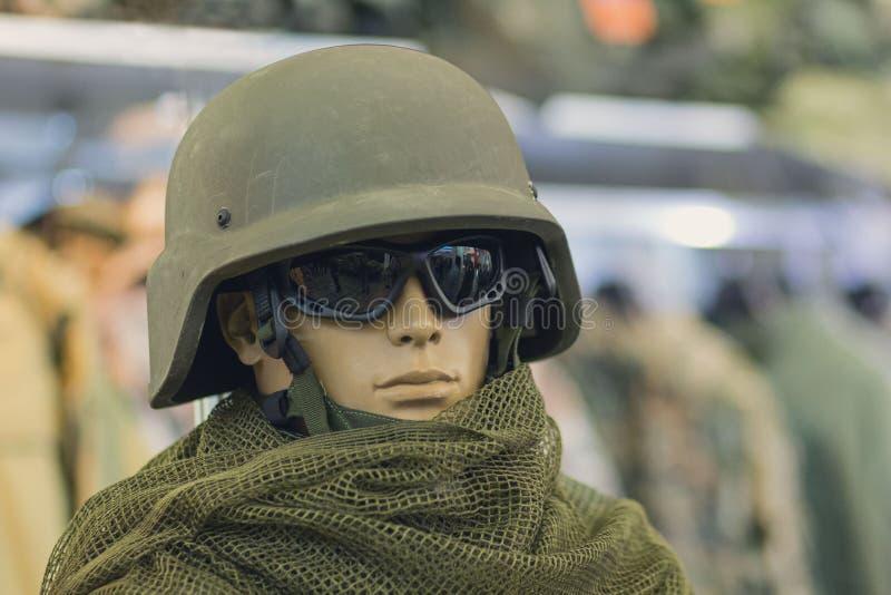 Manichino in un casco dell'esercito e negli occhiali di protezione tattici immagine stock