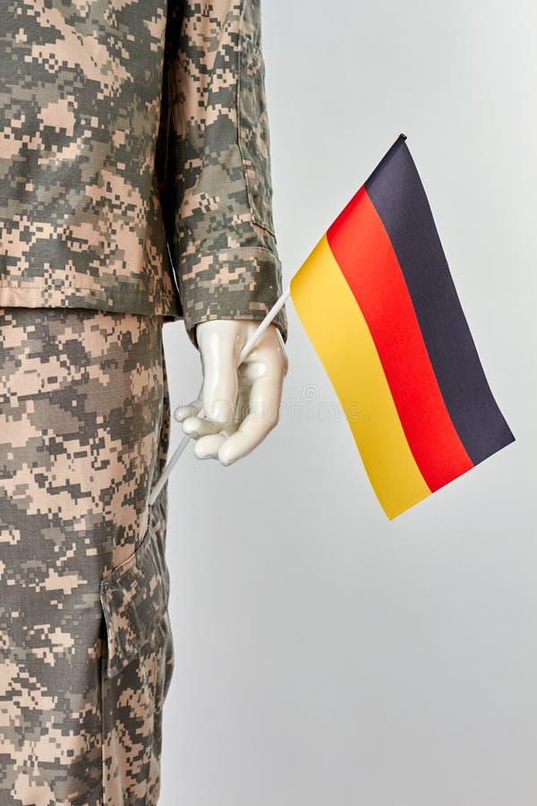 Manichino in uniforme dell'esercito con la bandiera di deutsch immagine stock