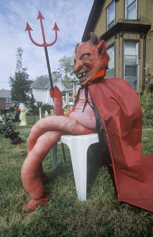 Manichino vestito come il diavolo per Halloween su Front Lawn, Illinois fotografia stock libera da diritti
