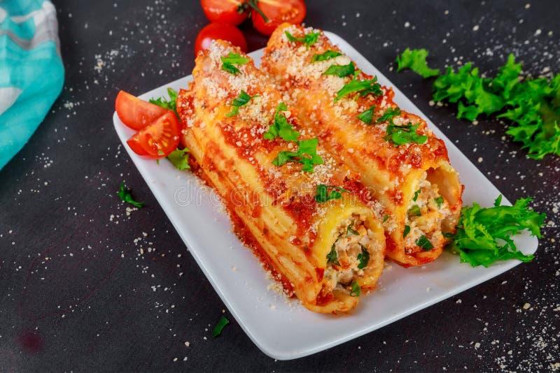 Manicotti σε ένα πιάτο με τη σάλτσα κρέατος και ντοματών στοκ φωτογραφία με δικαίωμα ελεύθερης χρήσης