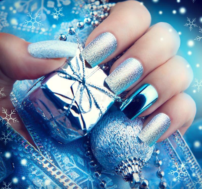 Manicura del arte del clavo de la Navidad Diseño de la manicura de las vacaciones de invierno imagenes de archivo