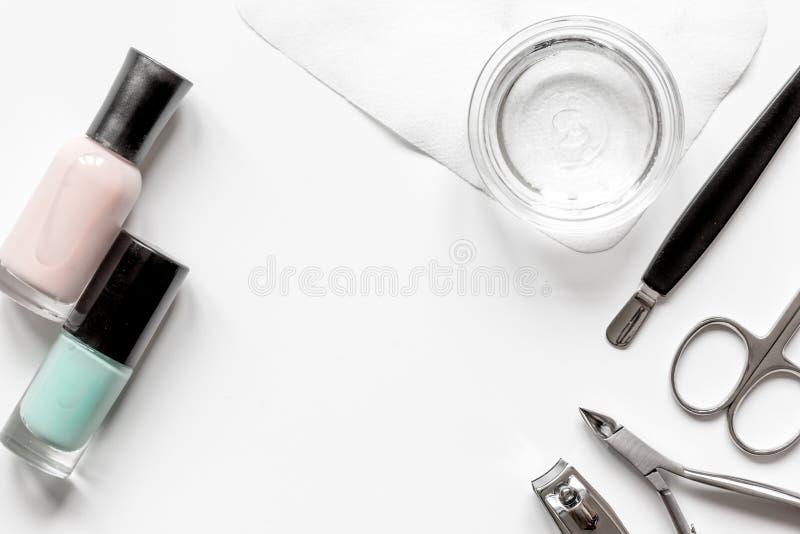 Manicura francesa - preparación de las herramientas en la opinión superior del backround blanco fotografía de archivo libre de regalías