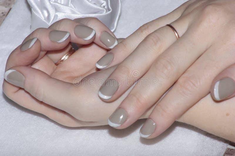 Manicura hermosa en las manos de las mujeres foto de archivo libre de regalías