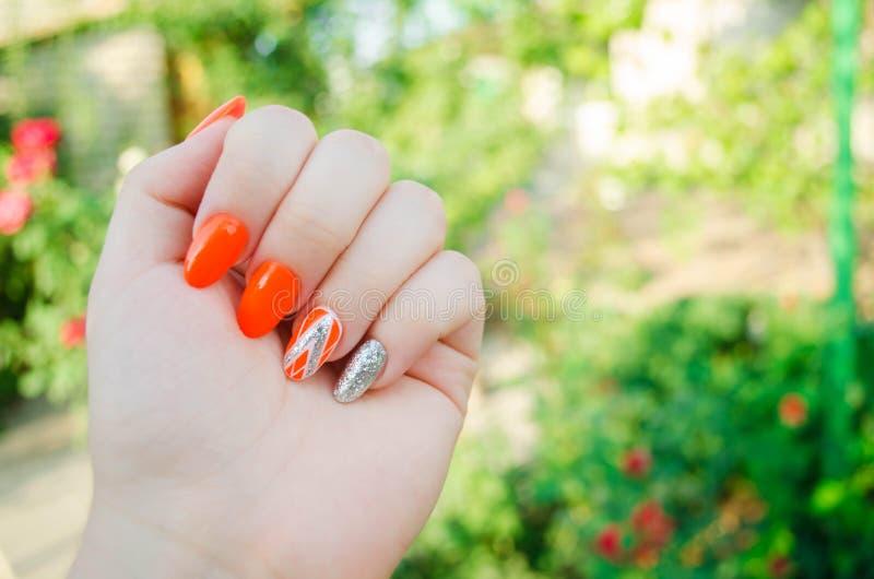 Manicura perfecta y clavos naturales Diseño moderno atractivo del arte del clavo diseño anaranjado del otoño clavos bien arreglad foto de archivo libre de regalías