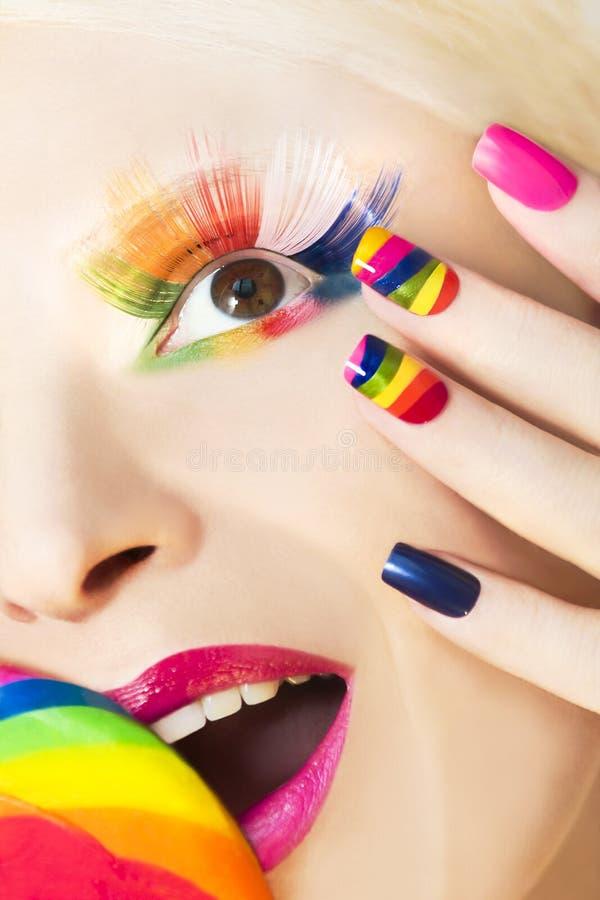 Manicura y maquillaje del arco iris fotos de archivo