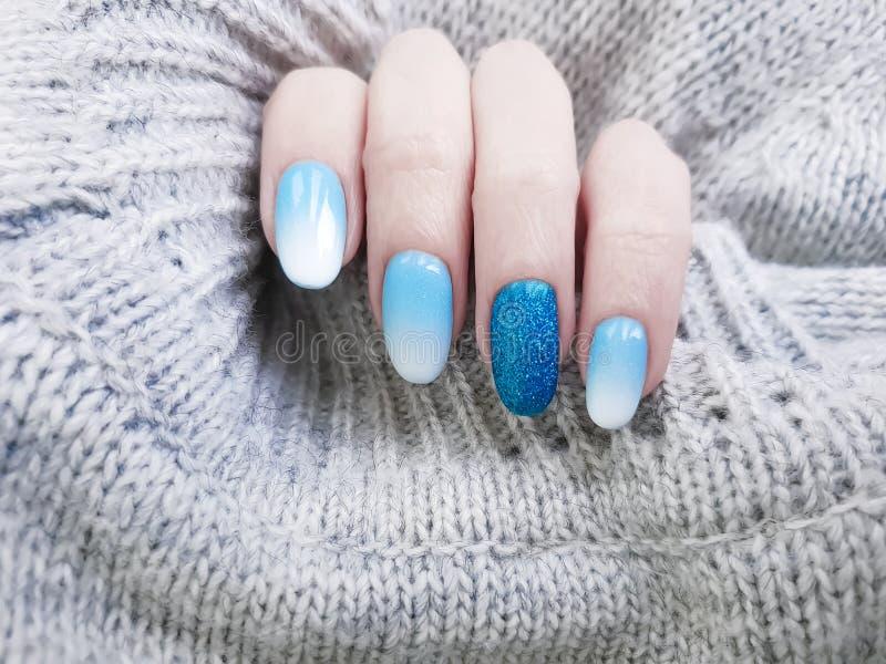 Manicure acrilico della mano del bello di modo ombre alla moda accogliente femminile di progettazione, maglione, inverno fotografie stock