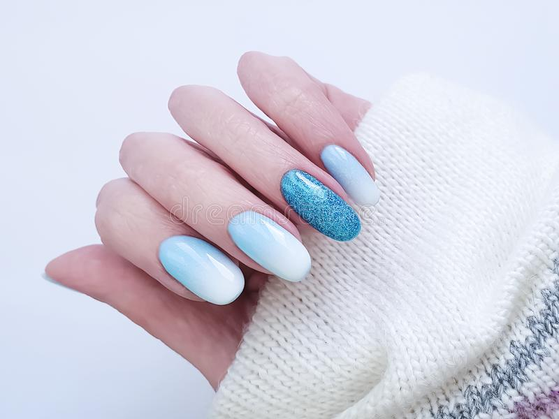 Manicure acrilico della mano del bello di modo ombre alla moda femminile di progettazione, maglione, inverno fotografia stock