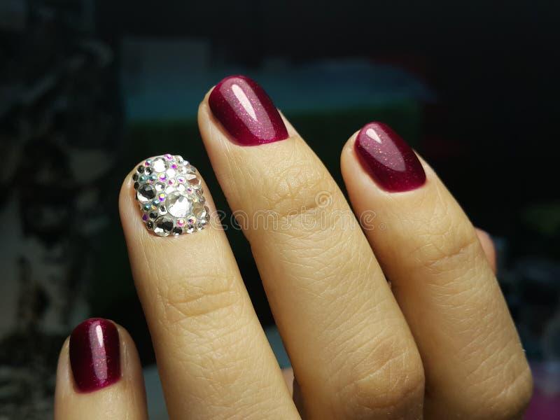 Manicure affascinante dei cristalli immagini stock