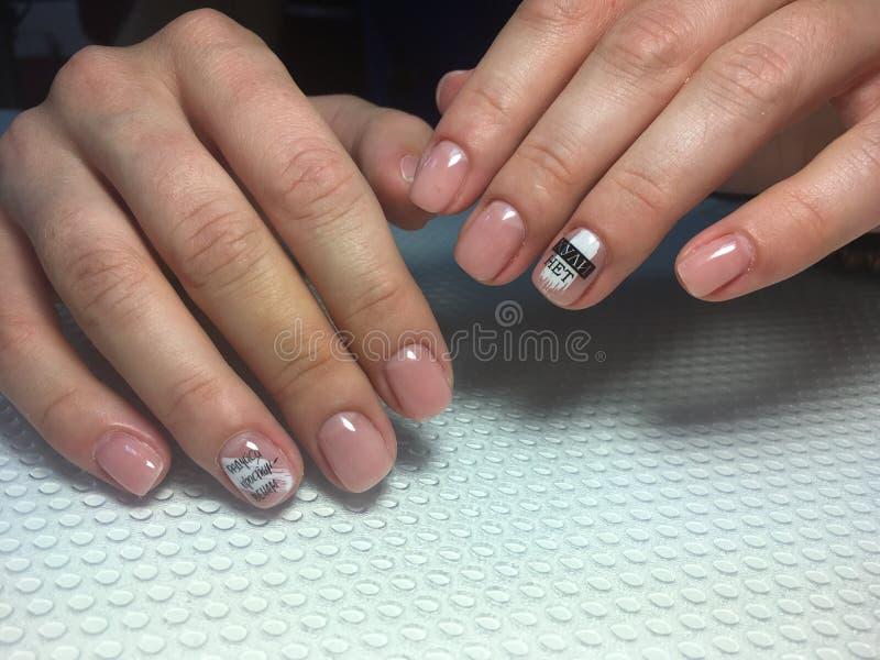 manicure beige alla moda con bianco alla moda immagini stock libere da diritti