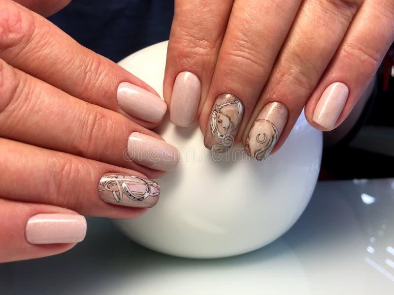 Manicure beige con progettazione alla moda fotografie stock