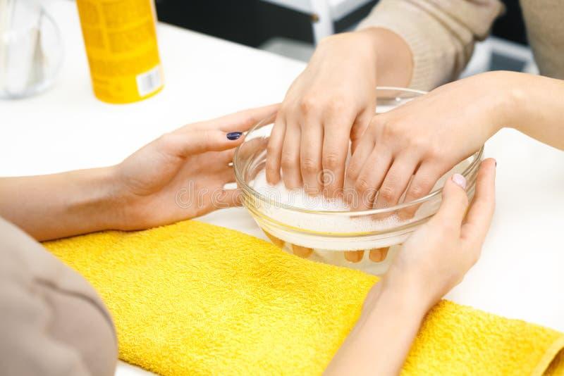 Manicure bij de salon royalty-vrije stock fotografie