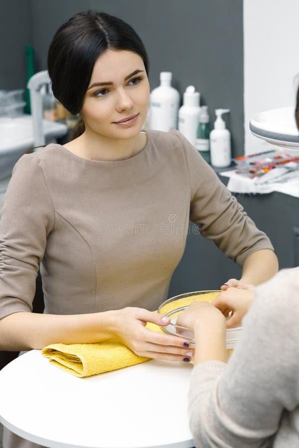 Manicure bij de salon royalty-vrije stock foto's