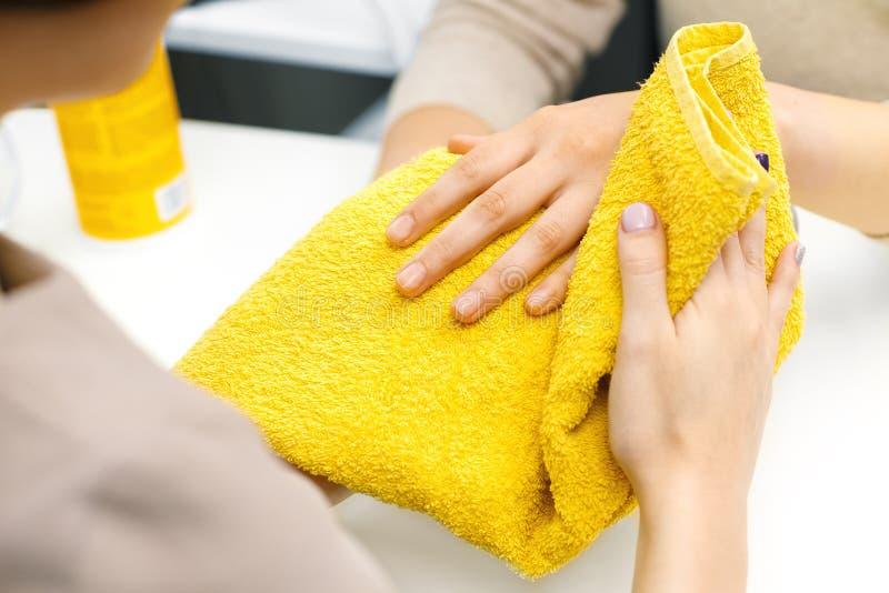 Manicure bij de salon stock afbeelding