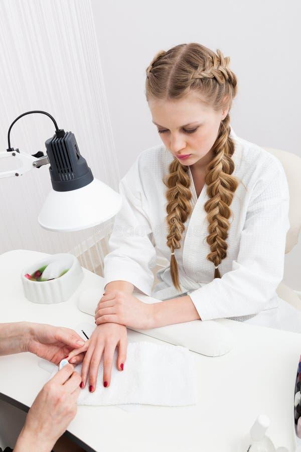 Manicure bij de schoonheidssalon royalty-vrije stock foto's