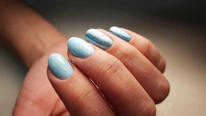 Manicure blu della lucidatura del gel immagini stock