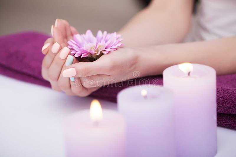 Manicure bonito Tratamentos dos termas dos pregos e das mãos Embebendo as mãos no lenço O conceito dos termas e da beleza imagem de stock royalty free