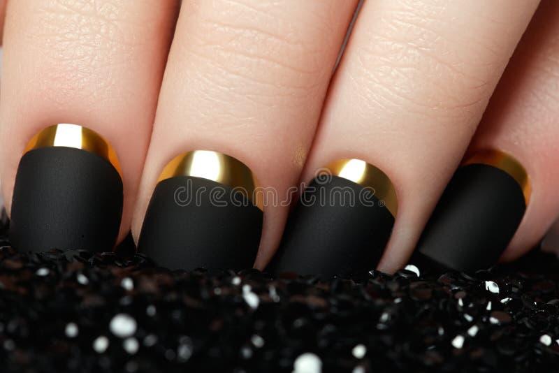 manicure Czarny matte gwoździa połysk Robiący manikiur gwóźdź z czerni matą obrazy royalty free