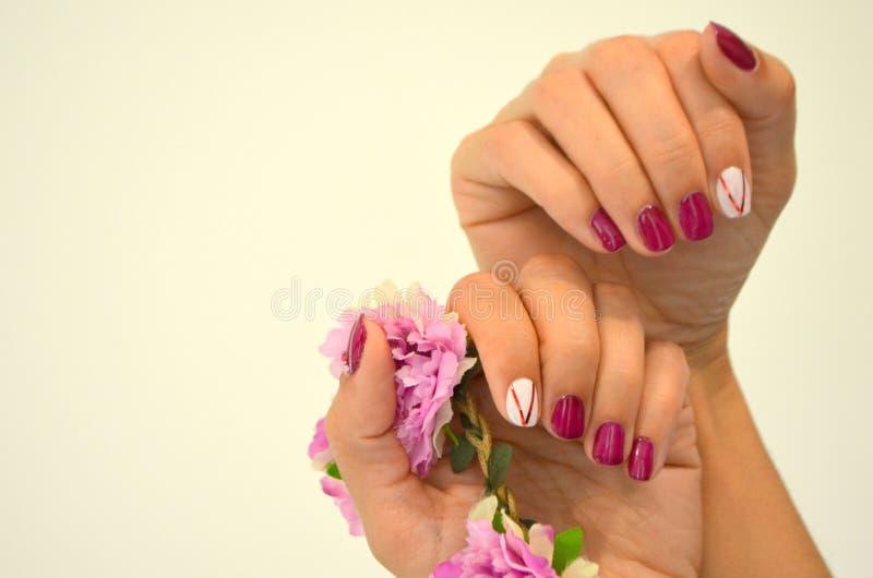 Manicure czerwieni krótcy gwoździe obrazy stock
