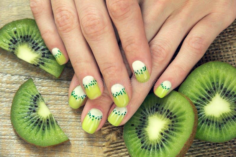 Manicure di arte del kiwi immagini stock