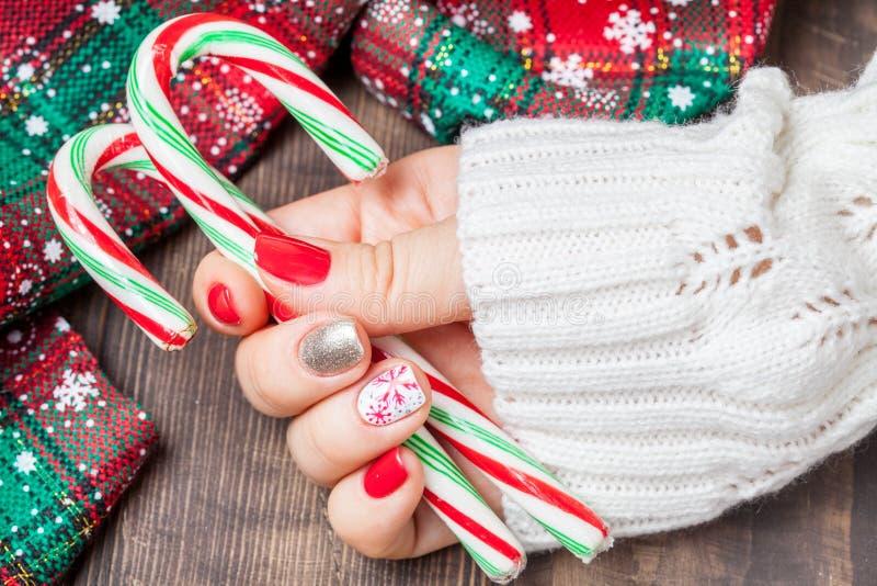 Manicure di arte dell'unghia di Natale immagini stock