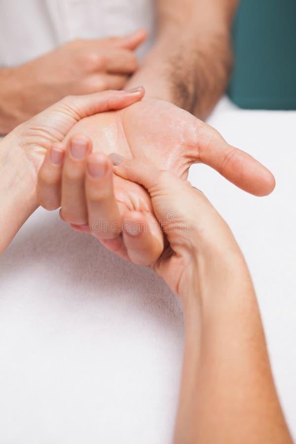 Manicure die een klantenhand masseren royalty-vrije stock fotografie