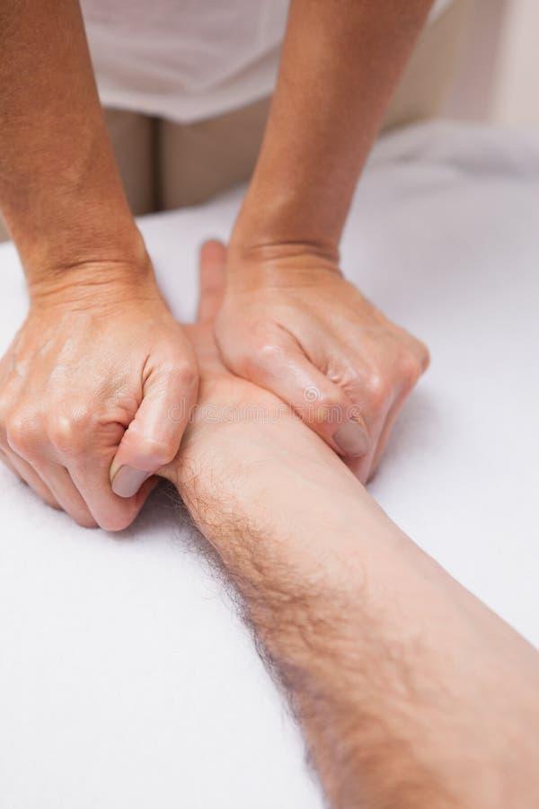 Manicure die een klantenhand masseren royalty-vrije stock afbeelding