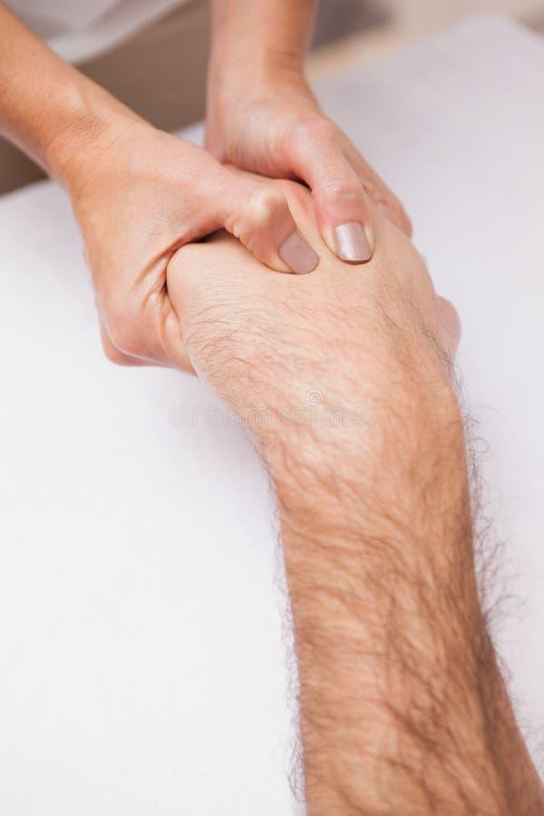 Manicure die een klantenhand masseren stock foto's