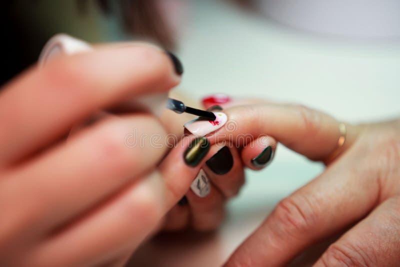 Manicure dla starszej kobiety Pi?kno staro?? pe?noletnia sk?ra obrazy stock