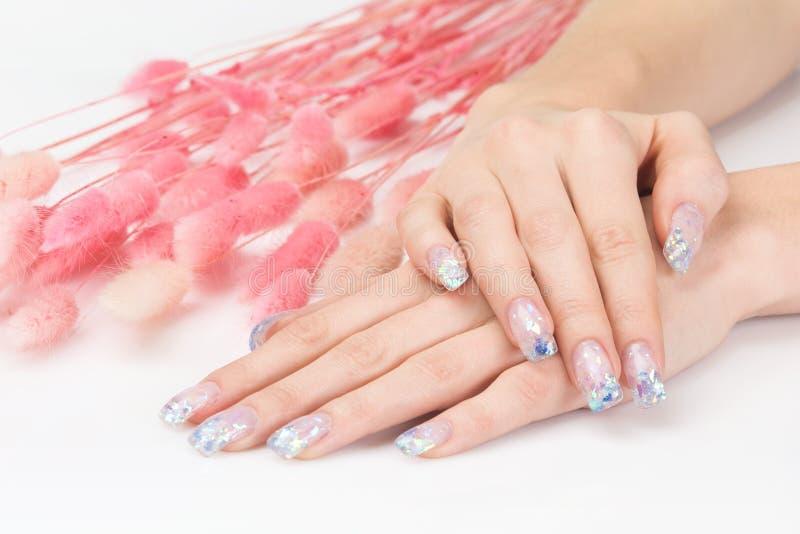 Manicure do Glitter e decoração cor-de-rosa imagens de stock