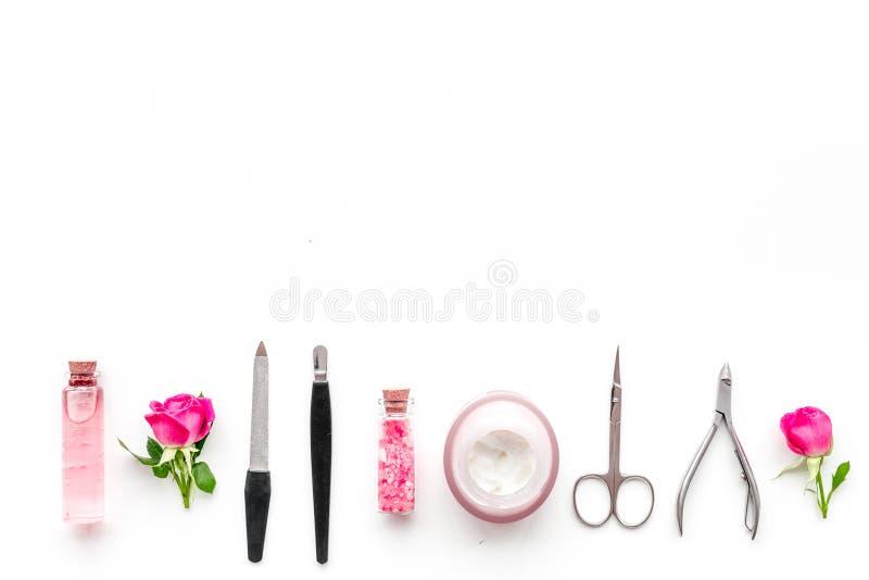 Manicure ed attrezzatura di pedicure per l'insieme della barra cava chiodi sul modello bianco di vista superiore del fondo immagine stock