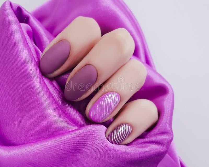 Manicure femminile della mano, estetica luminosa del tessuto di seta di bellezza, alla moda, eleganza fotografia stock libera da diritti