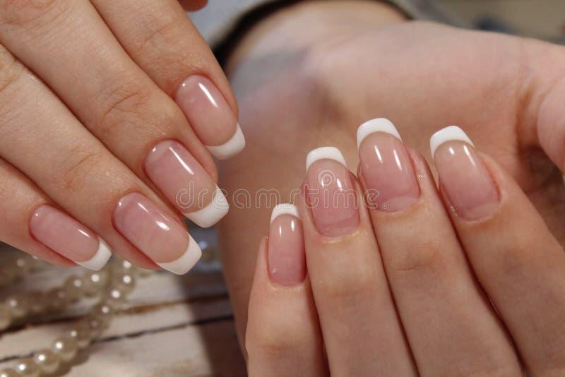 Manicure francês bonito foto de stock royalty free