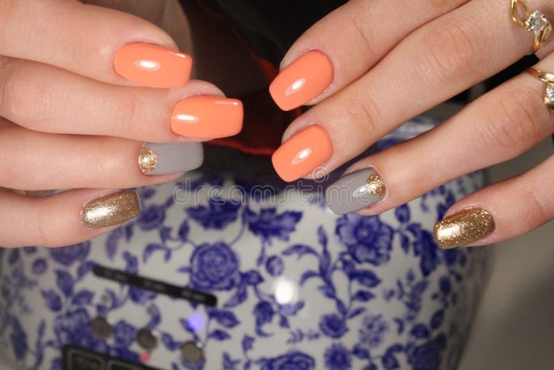 Manicure, helder ontwerp op de spijkers stock foto