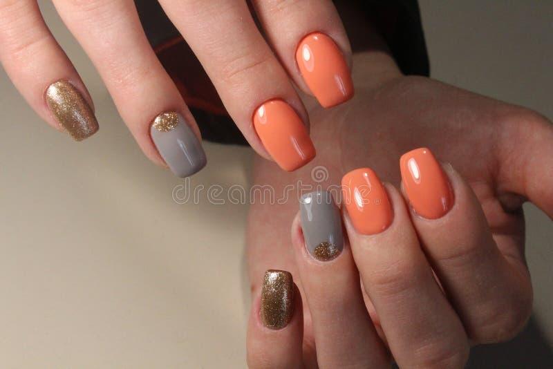 Manicure, helder ontwerp op de spijkers royalty-vrije stock afbeeldingen