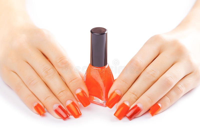 manicure Het toepassen van rood nagellak Geïsoleerde stock afbeelding