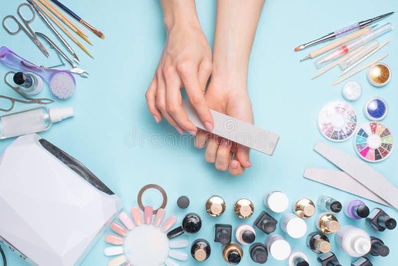 Manicure - hulpmiddelen om te cre?ren, gelpoetsmiddelen, allen voor nagelverzorging, schoonheids en zorgconcept Voor een blauwe a royalty-vrije stock afbeeldingen