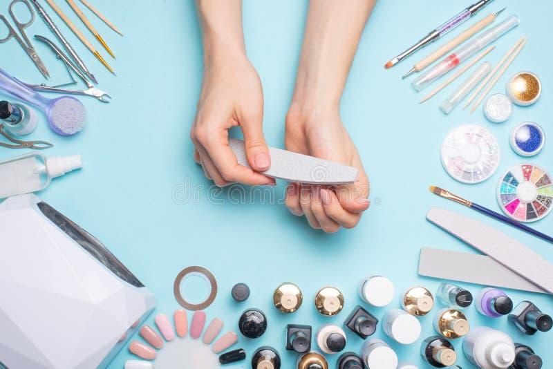 Manicure - hulpmiddelen om te cre?ren, gelpoetsmiddelen, zorg en hygi?ne voor spijkers Schoonheidssalon, spijkersalon, mastira vo stock foto