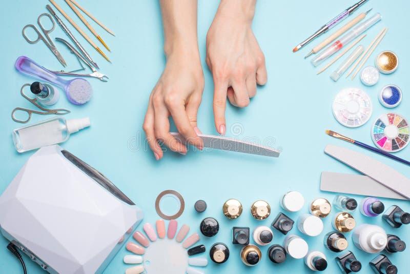 Manicure - hulpmiddelen om te cre?ren, gelpoetsmiddelen, zorg en hygi?ne voor spijkers Schoonheidssalon, spijkersalon, mastira vo royalty-vrije stock fotografie