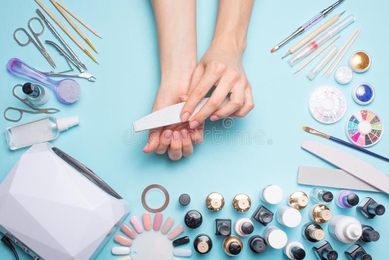 Manicure - hulpmiddelen om te cre?ren, gelpoetsmiddelen, zorg en hygi?ne voor spijkers Schoonheidssalon, spijkersalon, mastira vo royalty-vrije stock foto
