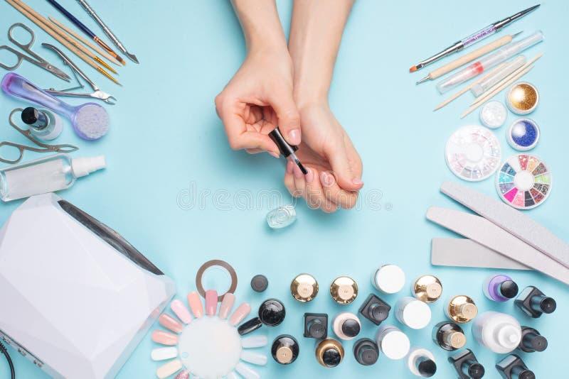 Manicure - hulpmiddelen om te cre?ren, gelpoetsmiddelen, zorg en hygi?ne voor spijkers Schoonheidssalon, spijkersalon, mastira vo stock foto's
