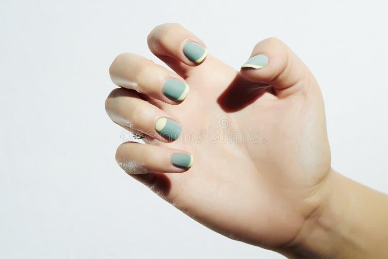 manicure Kvinnligt räcka Kvinna i skönhetsalong Spika designen arkivfoto