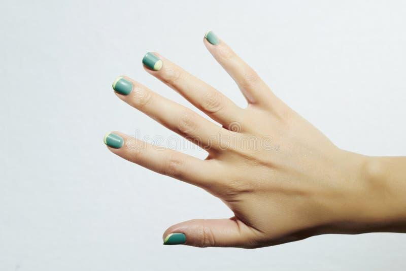 manicure Kvinnligt räcker I skönhetsalong Kvinna schellackpolermedel spikar royaltyfri fotografi