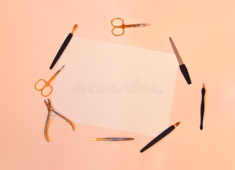 Manicure lub pedicure'u wyposażenie na pastelowym tle obrazy stock