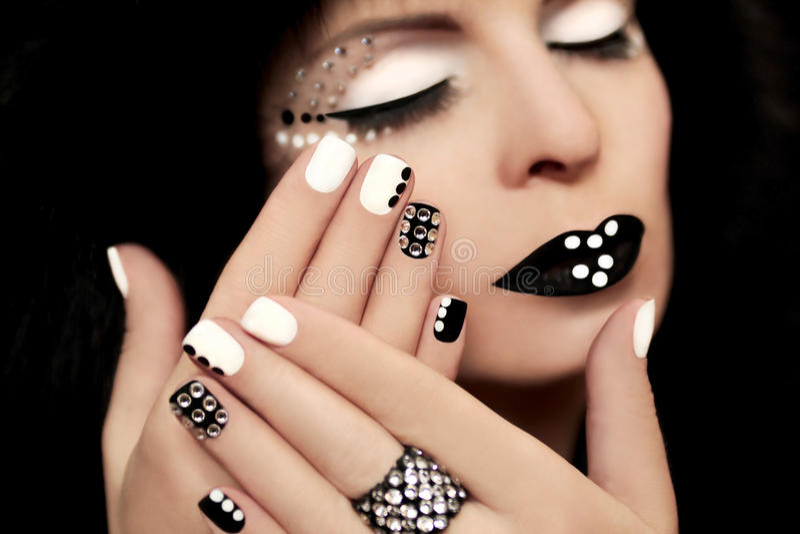 Manicure met bergkristallen. stock fotografie