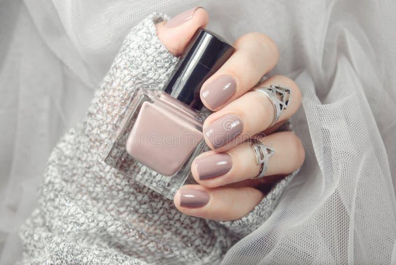 Manicure na kobiet rękach z nagim gwoździa połyskiem zdjęcia stock