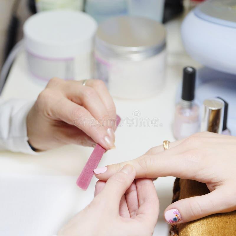Manicure på skönhetsalongen arkivbilder