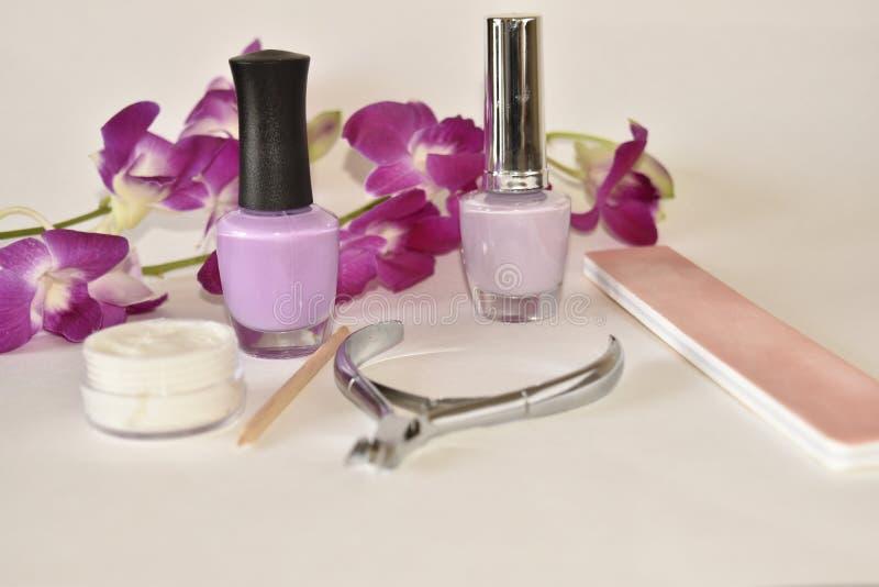 Manicure of pedicure op wit met Orchidee wordt geplaatst die royalty-vrije stock afbeelding